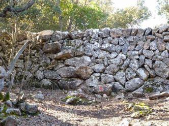 03 P1020398 montee sa comuna passage pierre mur