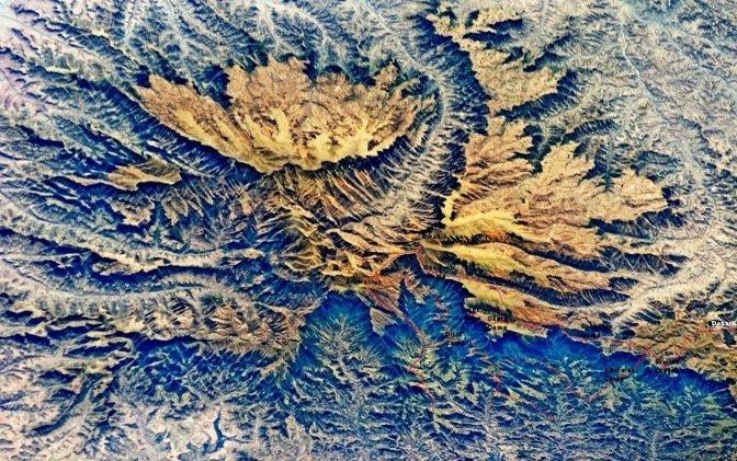 Itinéraire en rouge, boucle en passant par le bas puis le haut du Simien. Retour àDebark