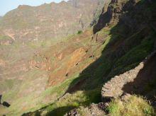 CaboVerde2013-D-37 Figueiras de Cima-Chemin a pied de falaise