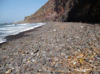 CaboVerde2013-E-55-Plage galets plastique Cruzinha