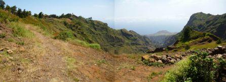 CaboVerde2013-J-17 Debut du chemin de crete et Vue sur le petit volcan Moro do Tuparao