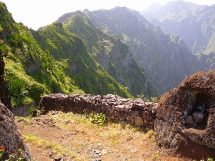 CaboVerde2013-K 27 Ribeira de Penede-Debut descente Chemin pave et Offrendes