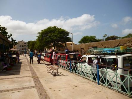 CaboVerde2013-X-48 Mindelo Place Independencia Aluguers colectivos