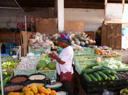 CaboVerde2013-X-57 Mindelo Place Independencia mercado stand legumes