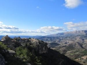 Espagne - Siurana suspendida en el peñón rocoso Al fondo Serra de Montsant.