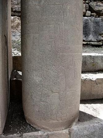 figura 04 Columna labrada de la Portada
